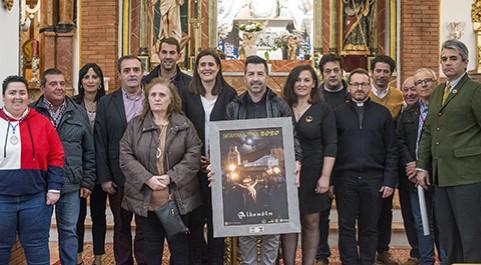 El autor del cartel de la Semana Santa de Albendín 2020, junto a las autoridades municipales y cofrades de Albendín y Baena.