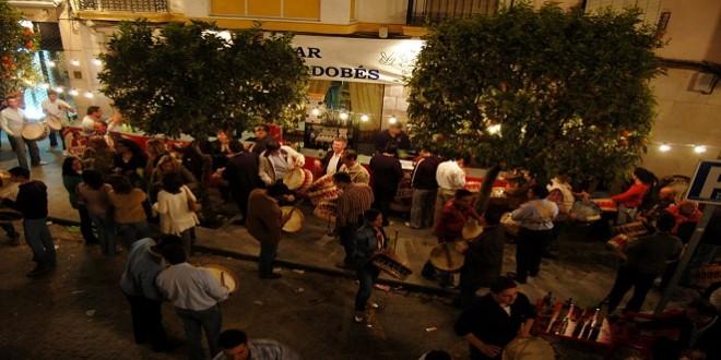 Una barra instalada en la vía pública en la noche de los tambores de la víspera de San José. Foto de archivo: TV Baena.