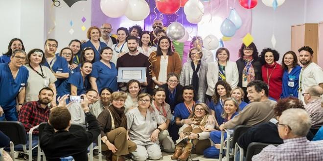 Los trabajadores de la residencia Ilunion de Baena , junto a la alcaldesa, Cristina Piernagorda, celebran este premio.