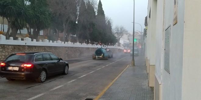 Un tractor desinfectando una calle de Baena.
