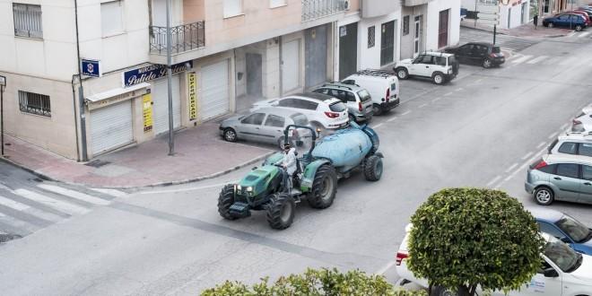 Un tractor desinfectando una calle de Baena el pasado viernes.