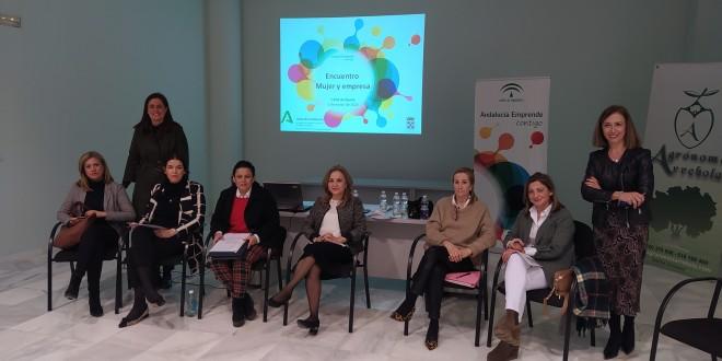 Las seis emprendedoras baenenses, junto a la alcaldesa y la técnica del CADE, que ayer participaron en el primer encuentro 'Mujer y Empresa'.