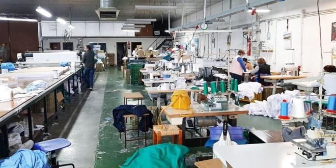 Taller donde se están cortando las telas para la confección de mascarillas.