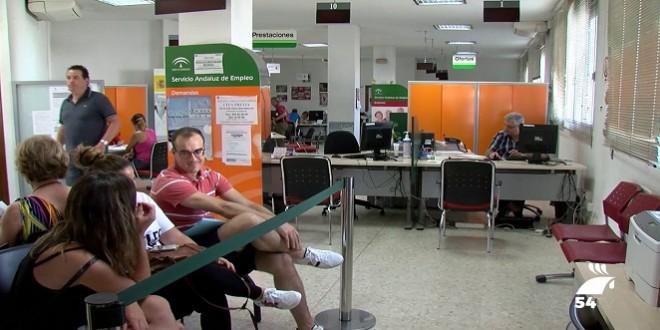 Cola del paro en una oficina del SAE de la provincia de Córdoba. Foto de archivo.