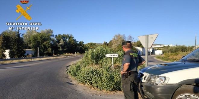 Un agente de la Guardia Civil en uno de los accesos a la localidad de Cabra.