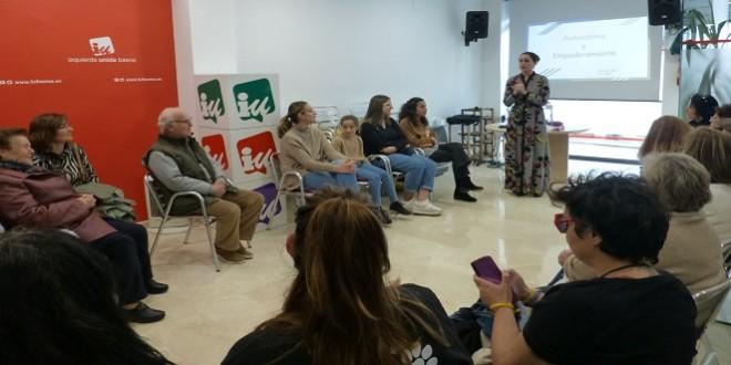 La psicóloga Ana López en el taller de autoestima y empoderamiento  de la mujer organizado por IU e impartido en su sede.
