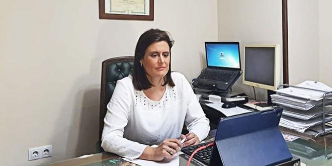 La alcaldesa de Baena, Cristina Piernagorda, atendiendo una videollamada desde su domicilio.