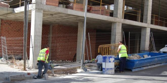 Imagen de archivo de unos trabajadores de la construcción en Baena.