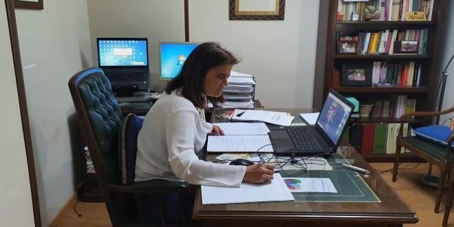 La alcaldesa, Cristina Piernagorda, participando desde su domicilio en el Pleno telemático del pasado martes.