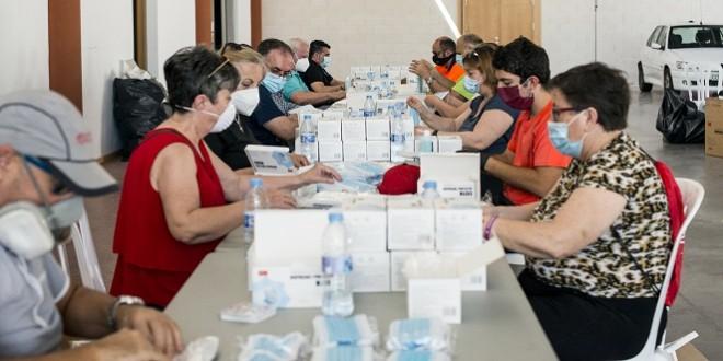 Un grupo de voluntarios, en el Centro de Exposiciones y Congresos, organizando el material para el reparto. Foto: Ayuntamiento de Baena.
