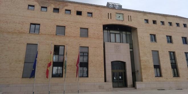 Banderas a media asta en el Ayuntamiento de Baena. Foto: TV Baena.