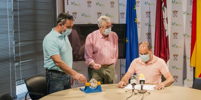 El alcalde pedáneo de Albendín, el presidente de Uneba y el concejal de Festejos en el sorteo del Concurso de Cruces de mayo 2020. Foto: Ayuntamiento de Baena.