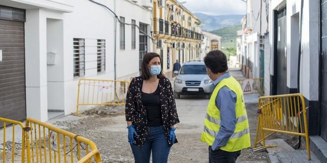 La alcaldesa, Cristina Piernagorda, durante su visita a las obras de la calle San Gonzalo. foto: Ayuntamiento de Baena.