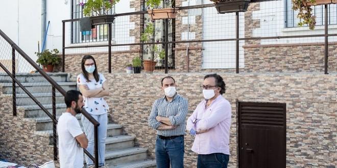 El primer teniente de alcalde, Ramón Martín y el concejal de Servicios, José Gómez, conversan con unos vecinos de la calle Crespo. Foto: Ayuntamiento de Baena.