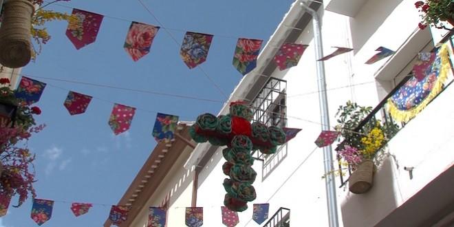 Una de las Cruces de Mayo instaladas en una calle de Baena. Foto: TV Baena.
