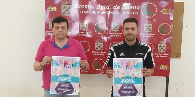 El concejal de Deportes, Joaquín Morales, y el gerente de Sportlab Center, Pablo Arenas, en la presentación de la Escuela Deportiva de Verano. Foto: TV Baena.