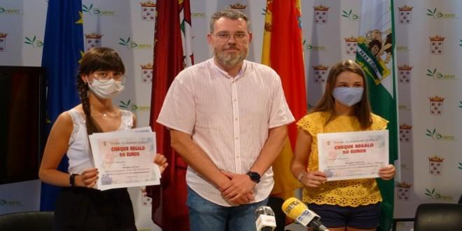 La premiadas, Ana Bernal y Carmen Pozo, junto al concejal de Cultura, Javier Vacas. Foto: TV Baena.