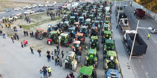 Vista aérea de los numerosos tractores procedentes de Baena que participaron en esta manifestación. Foto: Abonos Cassani.
