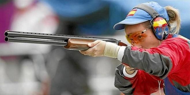la tiradora baenense, Fátima Gálvez, concentrada justo antes de un disparo.