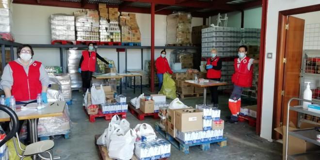 Voluntarios de Cruz Roja en Baena realizando labores de reparto de alimentos durante el confinamiento.