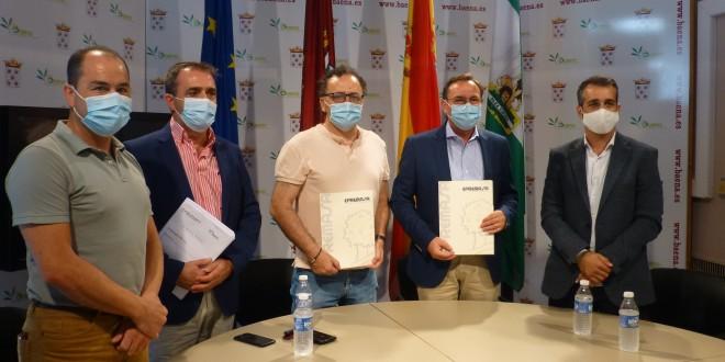 El presidente de Epremasa y varios representantes de la Corporación Municipal, esta mañana en el Ayuntamiento de Baena. Foto: TV Baena.