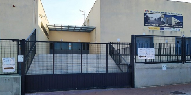Indicaciones preparadas para la PEvAU en uno de los accesos al IES Luis Carrillo de Sotomayor. Foto: TV Baena.