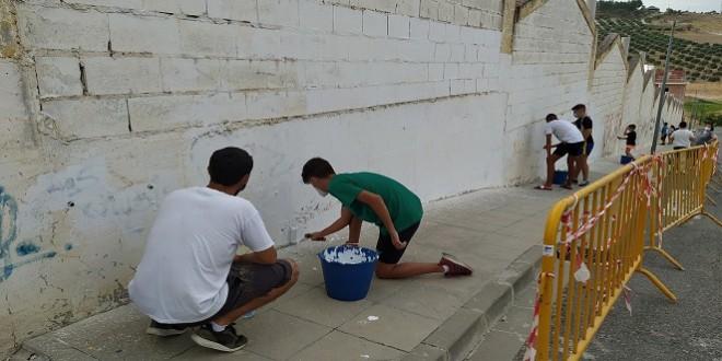 Trabajos de imprimación en el muro en la primera jornada del III Taller de Graffitis. Foto: TV Baena.