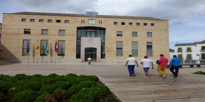 Imagen de archivo de un grupo de personas que se dirigen al Ayuntamiento. Foto: TV Baena.