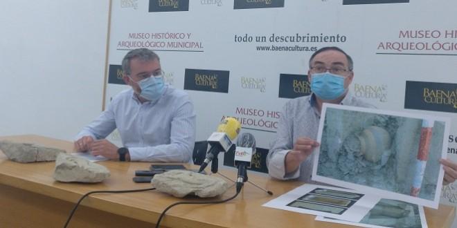 El concejal de Cultura, Javier Vacas, y el arqueólogo municipal, José Antonio Morena, presentando los nuevos hallazgos descubiertos en Torreparedones. Foto: TV Baena.