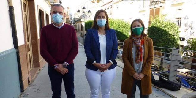 Javier Vacas, Cristina Piernagorda y Cristina Casanueva, esta mañana, en la Muralla de la calle Amador de los Ríos. Foto: TV Baena.