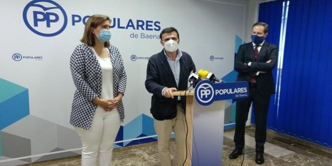 Cristina Piernagorda, Bruno García y Adolfo Molina, ayer en la sede del PP en Baena. Foto: TV Baena.