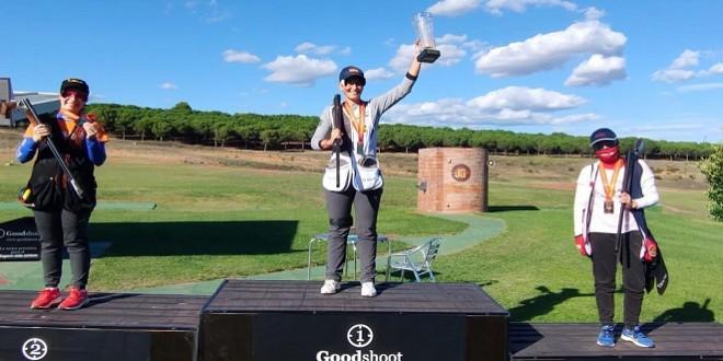 Fátima Gálvez, en el primer cajón del podium, levanta su trofeo de Campeona de España de Foso Olímpico. Foto: Facebook Fátima Gálvez.