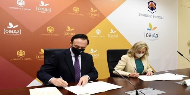 El rector de la UCO y la presidenta de AEMO firmando el convenio de colaboración entre ambas entidades para potenciar la formación en el sector oleícola.