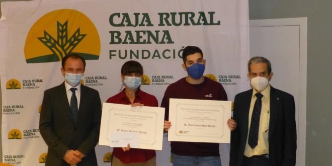 Los estudiantes premiados, Sonia Quintero y Juan Zurita, junto al presidente de la Fundación Caja Rural de Baena, Nicolás Fernández, y el director del IES Luis Carrillo de Sotomayor, Antonio García. Foto: TV Baena.