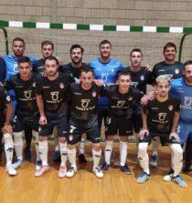 Plantilla y cuerpo técnico del Oleícola El Tejar Atlético Baenense en el partido disputado este sábado en el pabellón 'Juan Carlos I' ante el CD Montevive-Alhendín.
