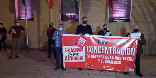 Lectura del manifiesto con el que concluyó la concentración en defensa de la Hostelería y el Comercio de Baena. Foto: TV Baena.