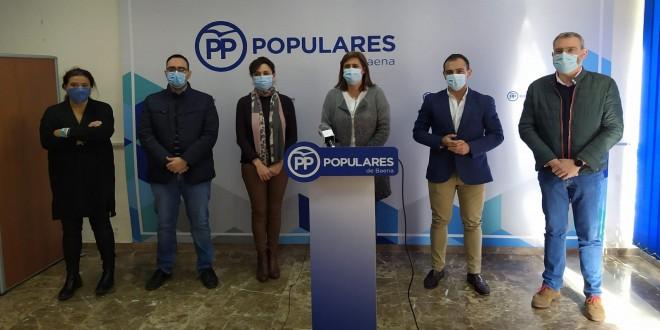 La alcaldesa de Baena, Cristina Piernagorda, junto a Mª Luisa Ceballos, Félix Romero y los ediles del Grupo Municipal del PP, esta mañana, en la sede del Pp de Baena. Foto: TV Baena.