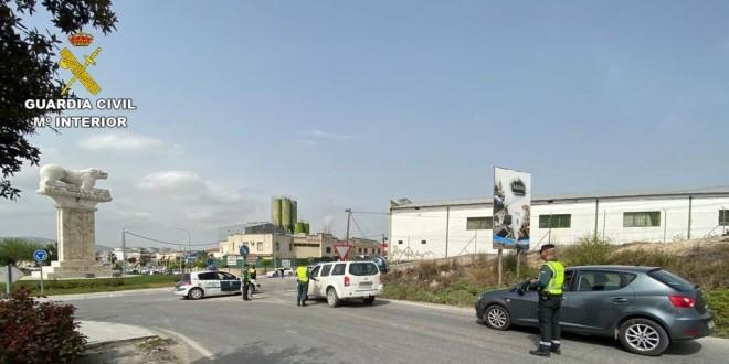 Un control de vigilancia por parte de la Guardia Civil en uno de los accesos a Baena.