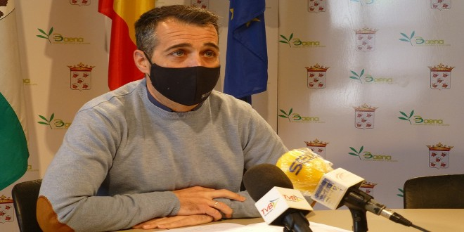 El portavoz del PSOE de Baena, José Andrés García, esta mañana en rueda de prensa. -foto: TV Baena.