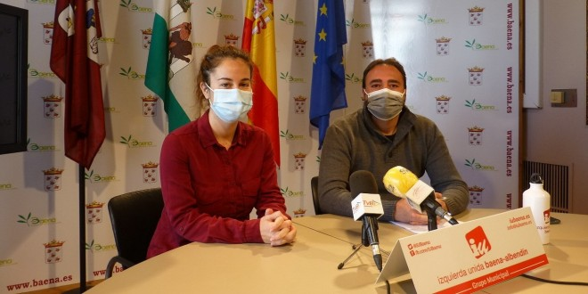 Los ediles de IU, Cristina Vidal y David Bazuelo, esta mañana en el Ayuntamiento para informar sobre la moción que presentarán al próximo Pleno. Foto: TV Baena.