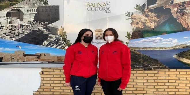 Isabel Ortiz y Alejandra Santano, nadadoras del CN Baena que participan en el Campeonato de España Infantil de Invierno. Foto: CN Baena.