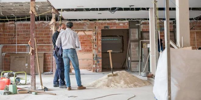 Un técnico municipal revisa las obras en el nuevo centro de día para enfermos de Alzhéimer. Foto: Ayuntamiento de Baena.
