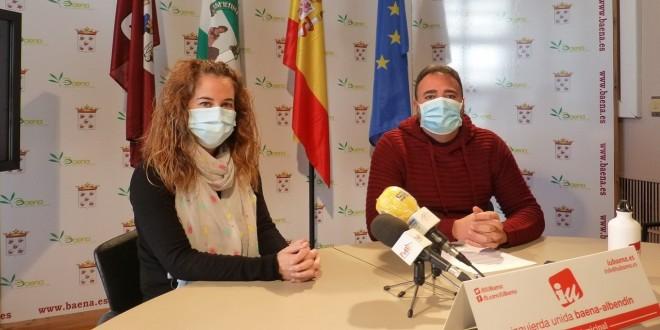 Los ediles de IU, Cristina Vidal y David Bazuelo, en la rueda de prensa ofrecida esta mañana. Foto: TV Baena.