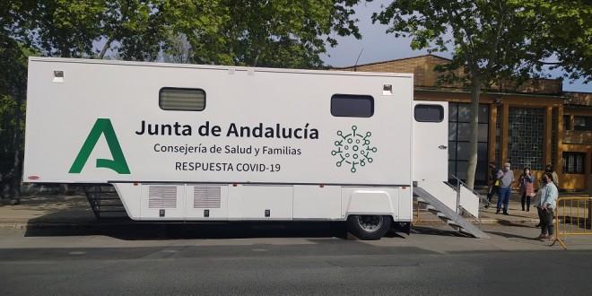 Unidad Móvil para cribados poblacionales de Covid instalada ayer en la avenida de Cervantes. Foto: TV Baena
