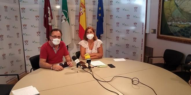 La alcaldesa de Baena y el primer teniente de alcalde, este mediodía en rueda de prensa. Foto. TV Baena.
